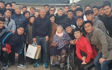 HLV Park Hang-seo khó xử khi các cầu thủ U23 Việt Nam biếu mẹ tiền
