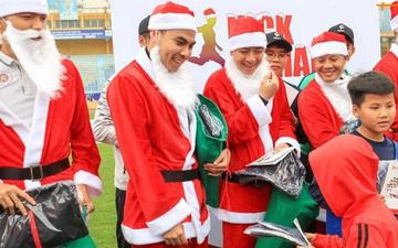 """Duy Mạnh, Huy """"râu"""" hoá ông già Noel đi tặng quà trong ngày Hà Nội mưa rét"""