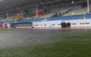 SEA Games 30: Trận đấu giữa U22 Việt Nam và U22 Singapore vẫn diễn ra dù sân đấu ngập trong nước