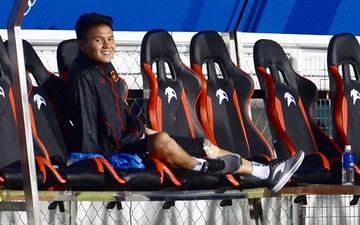Cả đội ùa ra sân chung vui với Đức Chinh, một mình Quang Hải lặng lẽ ăn mừng với ghế dự bị