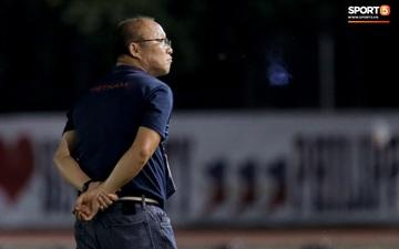 HLV Park Hang-seo mệt mỏi, lặng lẽ đứng từ xa nhìn học trò cảm ơn CĐV sau trận đấu khó nhất SEA Games 30