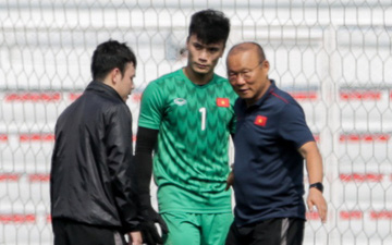 HLV Park Hang-seo giả lập tình huống sai lầm của Văn Toản ở trận gặp Thái Lan cho Bùi Tiến Dũng tập luyện