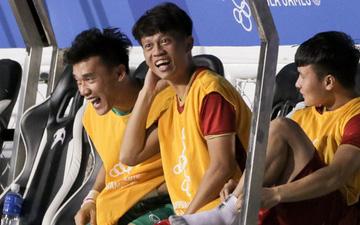 """Nhóm dự bị của U22 Việt Nam cười sung sướng khi chứng kiến đồng đội """"hành hạ"""" Campuchia tại bán kết SEA Games 30"""