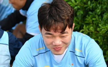Xuân Trường tươi rói khi cùng đồng đội ngồi lề đường, ăn cơm nắm ở Thái Lan