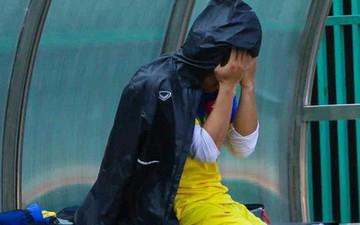 Tuyển thủ U22 Việt Nam dính chấn thương, ôm mặt thất vọng vì lỡ trận bán kết giải U22 Đông Nam Á
