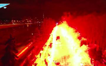 Fan hâm mộ ở Nga tạo nên con đường lửa ấn tượng như trong phim để chào mừng đội nhà tới sân thi đấu