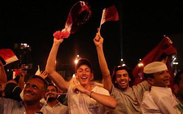Siêu xe gầm rú trên đường, fan Qatar tràn ra phố vẫy cờ ăn mừng chiến thắng lịch sử