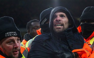 """CĐV Arsenal sung sướng, lao xuống sân đẩy sao MU và cái kết """"đắng"""""""