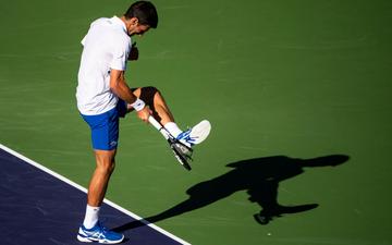 Djokovic nổi giận đạp nát vợt khi thua sốc, Federer hạ gục bạn thân tại Indian Wells