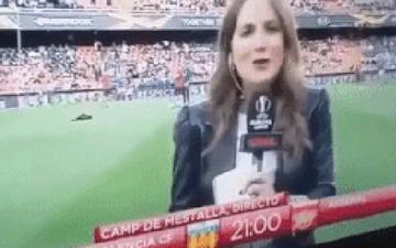 Nữ phóng viên bị cầu thủ Arsenal sút bóng trúng đầu