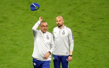 Sự cố trước chung kết Europa League: Cầu thủ Chelsea thúc cùi chỏ vào mặt đồng đội, HLV nổi cáu đá bay chiếc mũ, tức giận rời khỏi buổi tập