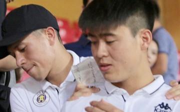 Cảm động hình ảnh Đình Trọng bá vai Duy Mạnh để di chuyển