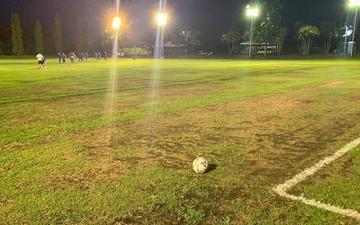 Quang Hải, Duy Mạnh phải tập trên sân như mặt ruộng trước trận đấu tại AFC Cup