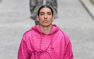 Chán đi du lịch thì cầu thủ phải làm gì: Sao Arsenal diện nguyên một set đồ màu hường tham dự tuần lễ thời trang nổi tiếng tại Paris