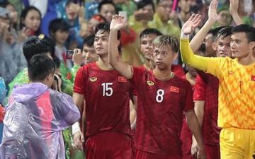 U23 Việt Nam đội mưa đi khắp khán đài cảm ơn người hâm mộ sau trận thắng U23 Myanmar