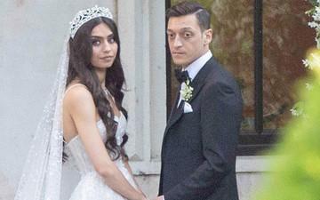 """""""Vớ bẫm"""" cưới được cô Hoa hậu vô cùng xinh đẹp nhưng biểu cảm của anh chàng cầu thủ nổi tiếng này lại khiến fan phải ngỡ ngàng"""