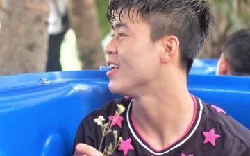 Duy Mạnh, Thành Chung cười tít khi nhận món quà đặc biệt từ fan nhí
