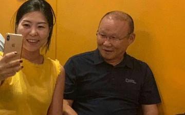 HLV Park Hang-seo thoải mái khoác vai chụp ảnh cùng ngôi sao bóng rổ tại Đà Nẵng