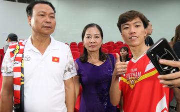 Cảm động trước khoảnh khắc các chàng trai hạnh phúc nhất Việt Nam hôm nay ăn mừng chiến tích lịch sử với bố mẹ, người yêu