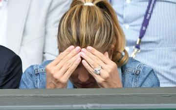 Vợ của huyền thoại Roger Federer thất thần, ôm đầu thất vọng sau khi chứng kiến chồng thất bại trong trận chung kết Wimbledon lịch sử