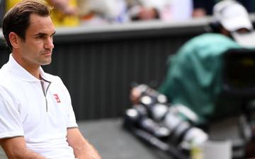 Nhói lòng khoảnh khắc huyền thoại Roger Federer lặng người bất động sau trận chung kết Wimbledon lịch sử và hấp dẫn không thể tin nổi