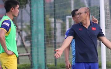 HLV Park Hang-seo vào sân chỉ dạy cầu thủ U22 Việt Nam