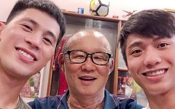 Thầy Park cùng Văn Đức thăm nhà Đình Trọng, đo độ đẹp trai cực đáng yêu