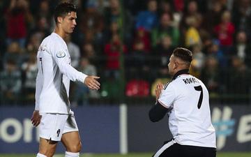 Liều mình lẻn xuống sân vái lạy Ronaldo, chàng CĐV may mắn nhận được màn đãi ngộ khiến fan bóng đá cả thế giới ghen tị