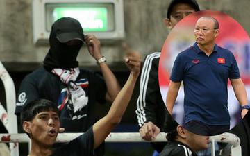 """Fan Thái Lan có hành động xấu, giơ """"ngón tay thối"""" trên khán đài khi nghe đọc tên HLV Park Hang-seo"""