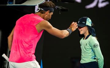 Tung cú đánh trúng mặt bé gái nhưng Nadal khiến tất cả ấm lòng với nụ hôn tình cảm sau đó