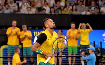 """World Cup quần vợt thế giới: """"Trai hư"""" Kyrgios hóa ngoan với hành động ai cũng trầm trồ, màn phát quốc ca lỗi khiến cả team nhăn mặt khó chịu"""