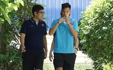 Tiến Linh tranh thủ nhai bánh tráng, cầu thủ U23 Việt Nam cầm que chọc cá giữa trưa nắng