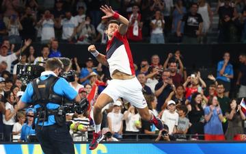 """Nadal và Djokovic """"rủ nhau"""" thắng nhọc ở trận đấu đầu tiên trong năm mới"""