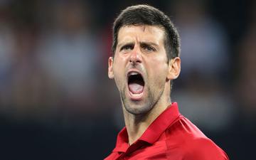 Djokovic bất ngờ bị tước điểm ở pha bóng dễ như ăn kẹo, để rồi bùng nổ phấn khích sau chiến thắng kịch tính