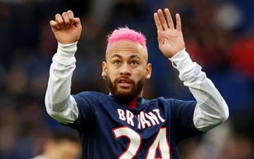 Cầu thủ đắt giá nhất thế giới trình làng kiểu tóc hồng sặc sỡ, liên tục trêu ngươi đối thủ đến nỗi phải nhận thẻ vàng