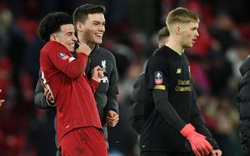 """Phát hiện thú vị: Ngoài đội hình ra sân trẻ nhất lịch sử, Liverpool đi tiếp ở cúp lâu đời nhất thế giới nhờ 2 bàn phản lưới nhà """"cực khó đỡ"""" đều từ các cựu thành viên MU"""