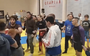 """Ẩu đả dữ dội tại giải võ thuật ở Nga: Võ sĩ lẫn khán giả """"choảng"""" lẫn nhau, người tốt bụng muốn can ngăn thì lại bị sút thẳng vào đầu"""