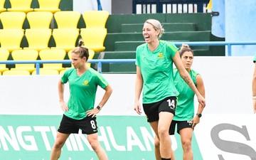 Nụ cười tự tin trên khuôn mặt các nữ tuyển thủ Australia trong buổi tập cuối cùng trước ngày đấu Việt Nam