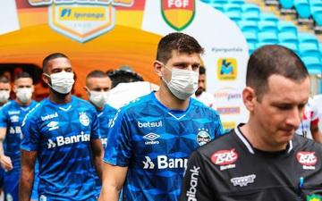 Kỳ lạ đội bóng đeo khẩu trang kín mặt ra sân và lý do ẩn chứa đằng sau