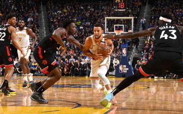 Stephen Curry tỏa sáng trong ngày trở lại vẫn không thể giúp Golden State Warriors đánh bại Toronto Raptors