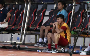 Quang Hải cắn răng, đứng ngồi không yên trước khi vỡ òa với cú sút penalty của Tiến Linh