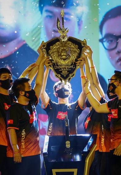 """""""Nhà vua"""" Team Flash đòi lại ngôi vương, thứ """"bóng ma"""" Saigon Phantom chiếm hữu suốt một năm qua"""