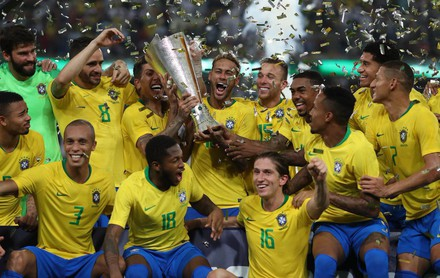 Hạ gục đại kình địch Argentina phút bù giờ, Neymar và các đồng đội hớn hở nâng cúp vô địch