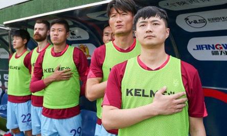 Chủ đội bóng xỏ giày vào sân, lựa luôn áo số 10 ở Trung Quốc