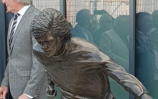 """Sau Ronaldo, cộng đồng mạng lại thêm một lần phì cười với bức tượng xấu """"ma chê quỷ hờn"""" của huyền thoại MU"""