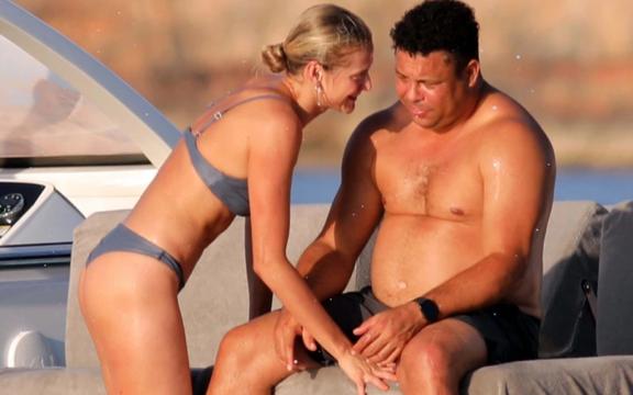 """Ronaldo """"béo"""" gây chú ý khi đi nghỉ mát cùng bạn gái kém 15 tuổi: Vòng 2 vẫn lớn nhưng ngoại hình đã khiến các fan yên tâm phần nào"""