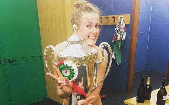 Phấn khích sau chức vô địch, nữ VĐV bóng chuyền xinh đẹp lột sạch quần áo để tạo nên màn ăn mừng táo bạo
