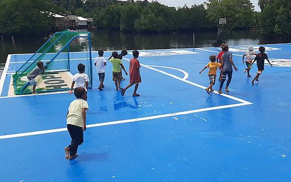 Sân bóng nổi trên mặt nước tại Thái Bình Dương – nơi cầu thủ phải bơi để nhặt bóng!