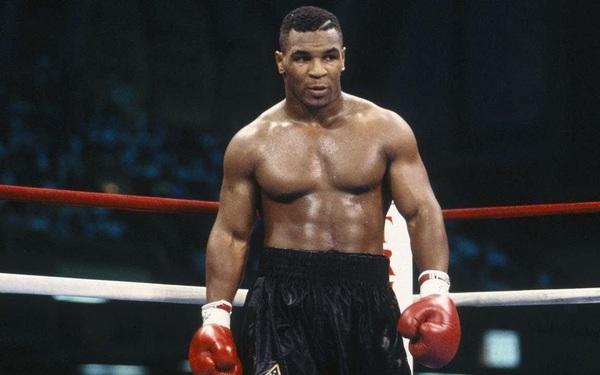 """Mike Tyson """"lỡ tay"""" đấm bay răng của bạn tập trước thềm trận đại chiến với Roy Jones"""