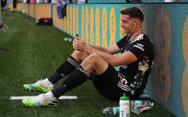Thủ môn Arsenal khóc nghẹn sau chức vô địch FA Cup, tiết lộ quá khứ đầy khốn khó